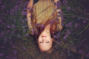 Jeune femme en relaxation dans la nature.