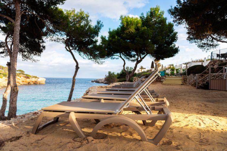 chaise longue pour apprendre à se détendre avec la sophrologie