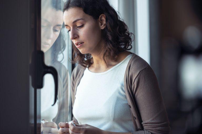femme triste, déprimée ayant un besoin de consulter un sophrologue à Nice